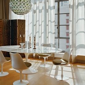 Alrededor de una mesa blanca ovalada es la combinación perfecta