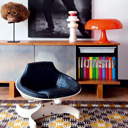 Sillón de diseño en un pequeño rincón de lectura