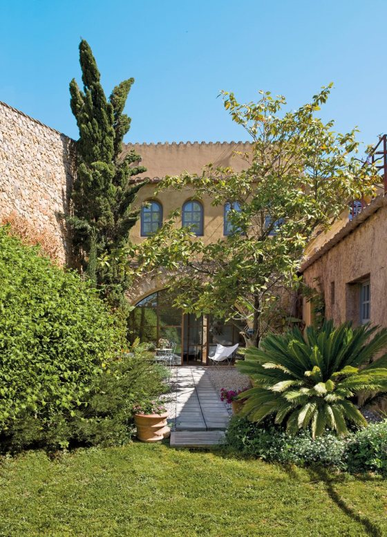 jardin_y_fachada_del_hotel_922x1280-3
